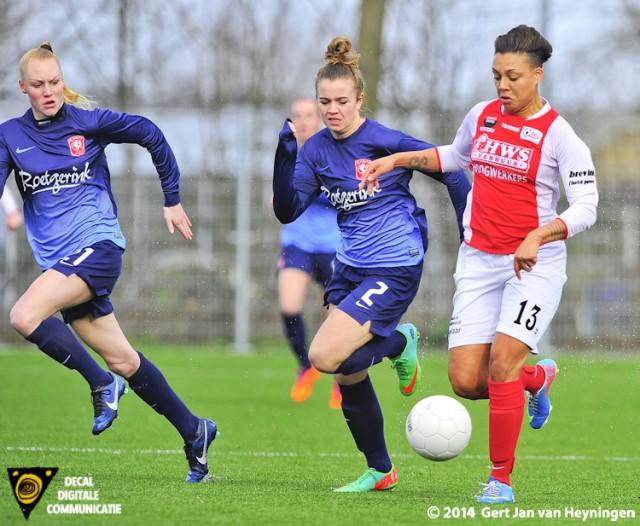 Stephanie Valk van RCL op avontuur met in haar kielzog Maud Roetgering en Danique Kerkdijk van FC Twente.