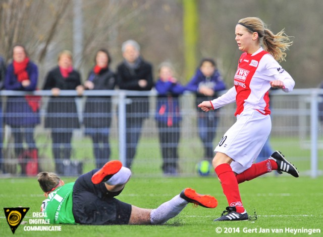 Twente doelvrouwe Sari van Veenendaal grijpt in voordat Marijke van den Berg van ARC gevaarlijk kan worden.