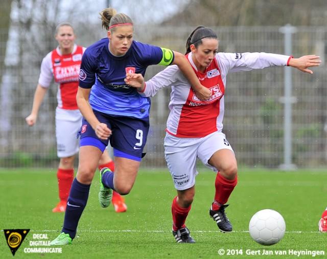 Drita Celaj van RCL is aanvoerster Anouk Dekker van FC Twente te vlug af.