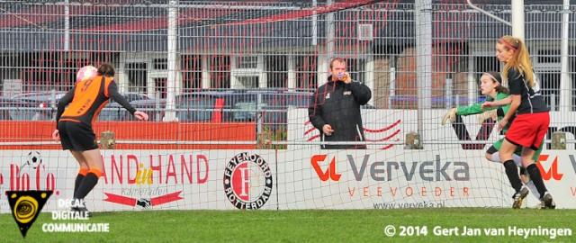 Links de vrijstaande Nathalie Korthai die voor Oranje Nassau de 0-1 scoort in Hoornaar tegen SteDoCo.