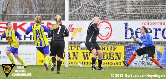 Simone van Leeuwen van Berkel brengt de stand op 2-0 door het leer feilloos achter doelvrouwe Samantha Captein van Jodan Boys in het net te schieten.