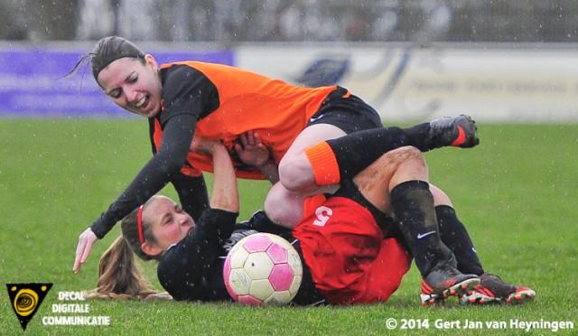In de regen op de klei een onderonsje met Nathalie Korthai van Oranje Nassau en Denise van Gessel van SteDoCo.