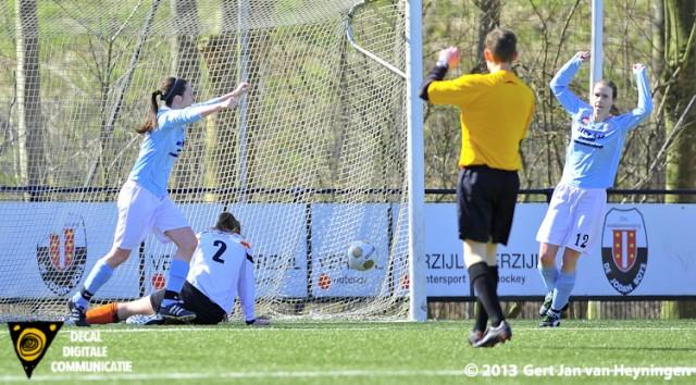 Op aangeven van Maaike Toonen scoorde Iris Meertens voor RCL maar dit doelpunt werd terecht wegens buitenspel geannuleerd.