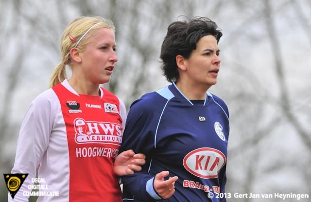 Leuke duels tussen de beide aanvoersters kreeg het publiek voorgeschoteld. Links Marcha Duijkers van RCL en rechts Linda Helbling van DTS Ede die twee keer scoorde.