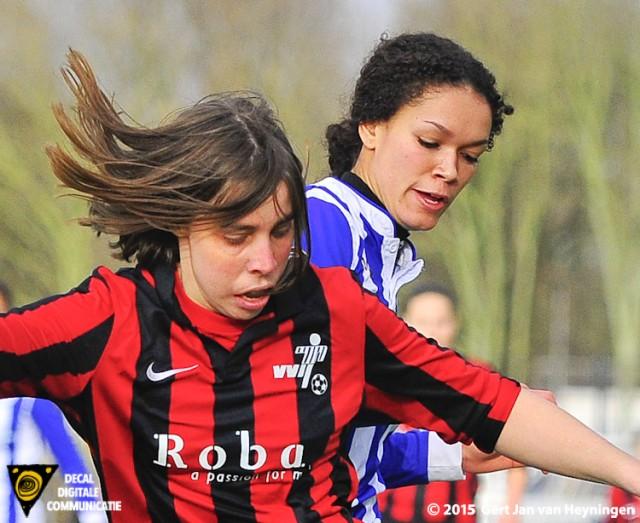 Petra Verbeek van VVIJ in duel met Sabrina Pocorni van SVS.
