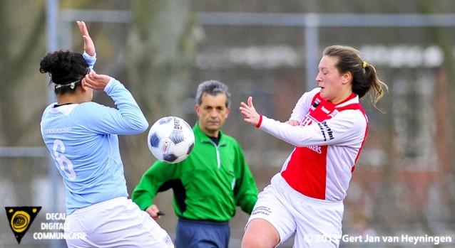Aruni Slagter van Oranje Nassau in duel met Ramona van der Harst van RCL met daar tussenin de goed leidende Yusuf Durgunsu.