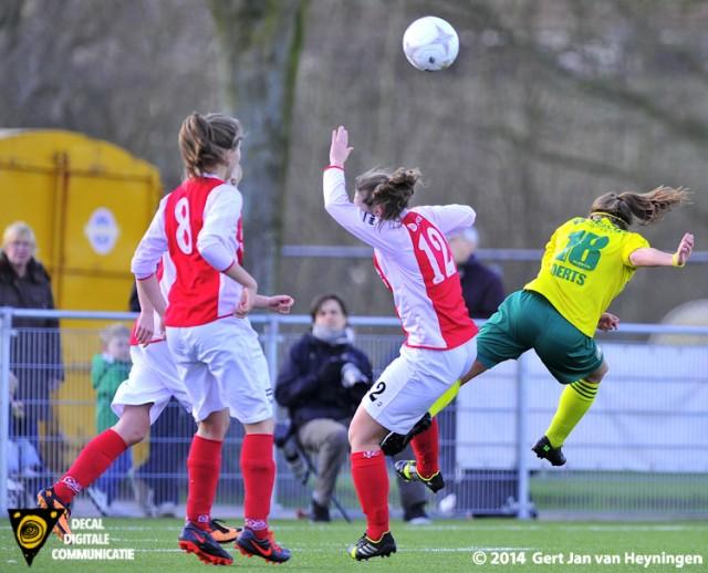 Liv Aerts van Fortuna Sittard met een kopbal die door Denise Koorevaar van RCL uit de lucht wordt geplukt.