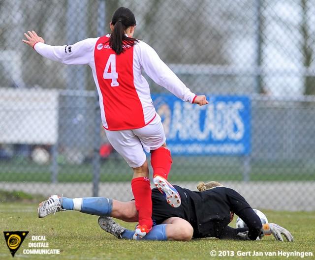 Samanta Stojanovic van RCL op weg naar de 2-0 maar raakt sluitpost Lotte Wiekamp van Oranje Nassau op het linker kuitbeen.