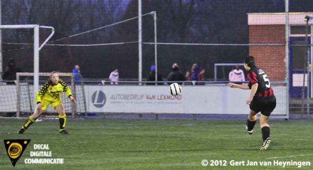 Een schitterende lob van Marianka van Vliet van VVIJ die de 2-0 gaat scoren. Susan Hogenboom van RCL is op deze inzet geheel kansloos.