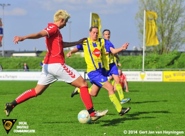 Petra Dugardein van Rhoon haalt uit en scoort de 0-1 tegen Berkel.