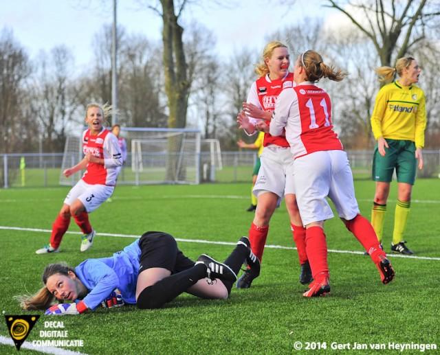 Sabine Verheul van RCL kopte loeihard het leer achter Katja Demacker in de touwen en bracht daarmee de stand in evenwicht.