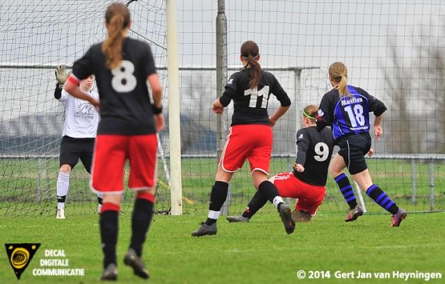 Daniëlle Vermeulen scoort de 1-0 voor SteDoco in het duel tegen Smerdiek.