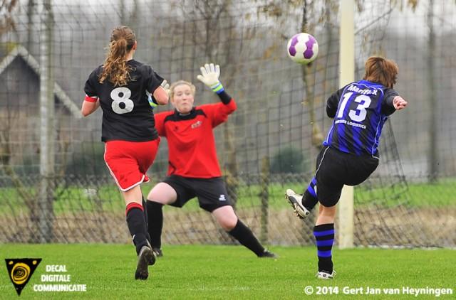 Anne Hage van Smerdiek brengt in de openingsfase de ploegen weer op gelijke hoogte.