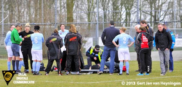 Een ernstige kuitbeen blessure voor sluitpost Lotte Wiekamp van Oranje Nassau die per brancard het veld moest verlaten.