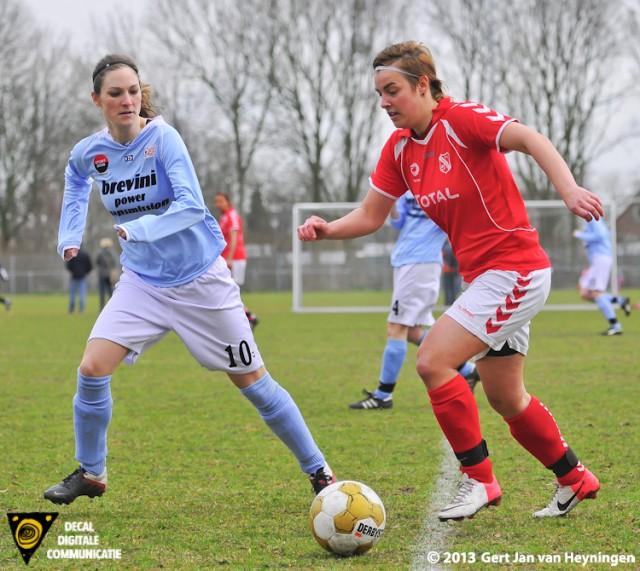 Carlinn de Bruijne van Rhoon gaat moeizaam Geke Maat van RCL passeren waarbij opvalt dat de mouwen van het shirt van Maat steeds langer worden.
