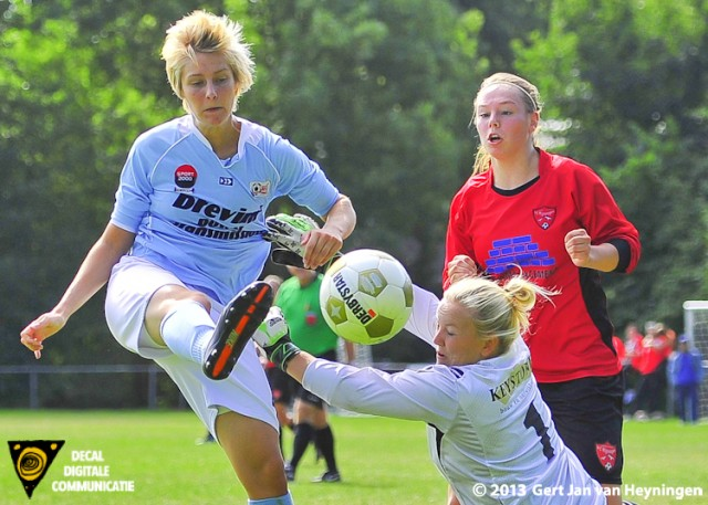 Een bijzonder fraaie actie van Kim Oosterom van RCL die wordt beloond met een doelpunt. 2-1 voor RCL in het bekerduel tegen FC Rijnvogels.