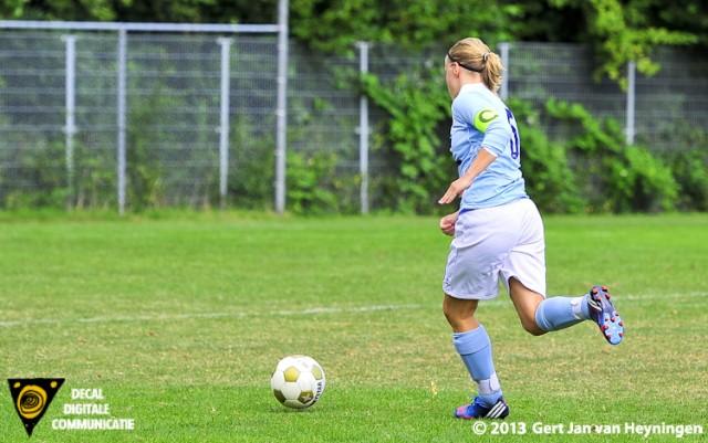 RCL - FC Rijnvogels. Aanvoerster Kirsten Kok van RCL gaat voor de 4-1 tegen FC Rijnvogels.