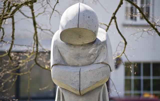 Biddende monnik voor Sint Etienne kerk in Waha bij Marche-en-Famenne
