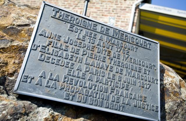 Slechts een fraaie gedenksteen in Marcourt waar Anne-Josèphe Théroigne de Méricourt werd geboren. Maar deze kleine daadkrachtige vrouw stond voor het recht van vrouwen en was ŽŽéén van de belangrijkste hoofdrolspeelsters van de Franse Revolutie.