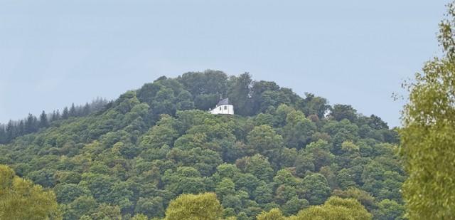 Kapel met kluizenaarswoning van Sint-Thibaut vanuit Marcourt gezien.